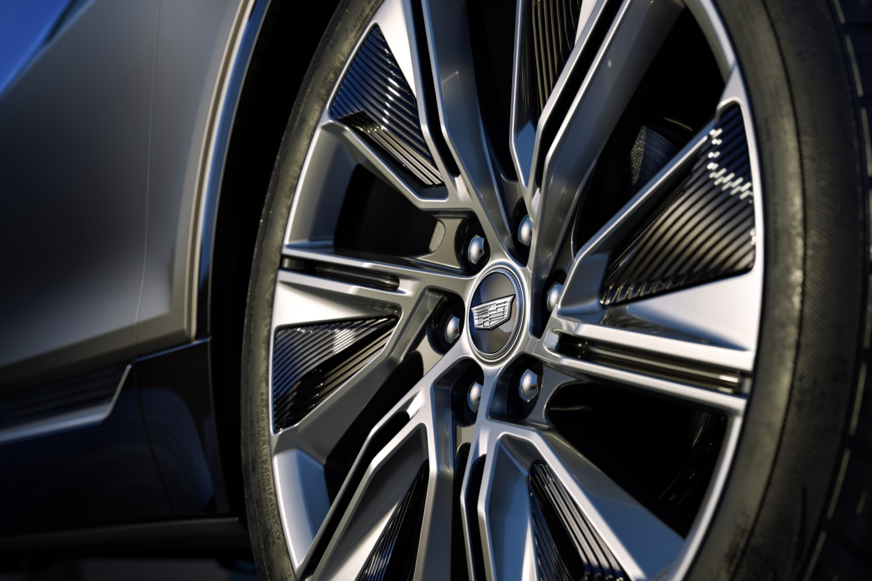 LYRIQ offers standard 20-inch split five-spoke alloy wheels or optional 22-inch dynamic split-spoke Reverse Rim alloy wheels.